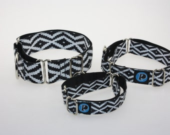 Martingale patterned black and white necklace