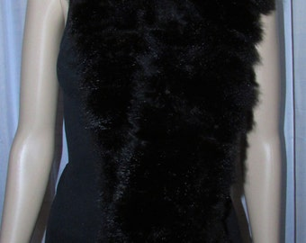 Very nice and long scarf scarf of black and white wool and black opossum fur