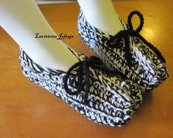 Adult slippers. Black and white (5-6)