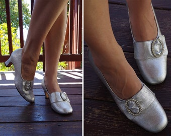 SILVER Metallic 1960's Vintage Metallic Silver Pumps with Rhinestone Buckles // by Thom McAn // size 7.5 B