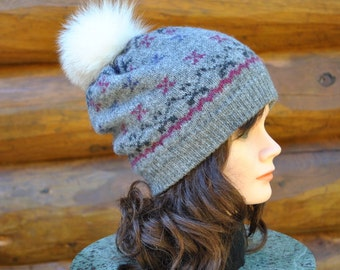 Beautiful small grey toque with beautiful real fur pompom, 100% recycled wool and fur. Warm and comfortable.