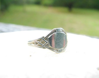 Sweet Art Deco Baby Ring, Petite Signet Ring for Engraving, Maker Ostby & Barton, Lovely Details, Circa 1920s to 1930s