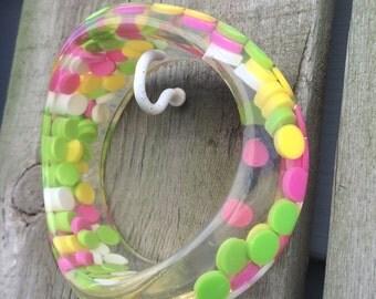 Vintage Plastic Aspirin Pill Polka Dot Lucite Confetti Asymmetric Wavy Candy Bangle Bracelet Deadstock Pink yellOw green