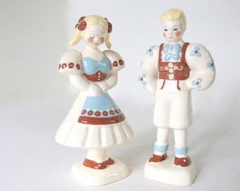 Vintage Kay Finch Peasant Couple Figurines, Blondes in Brown and Blue