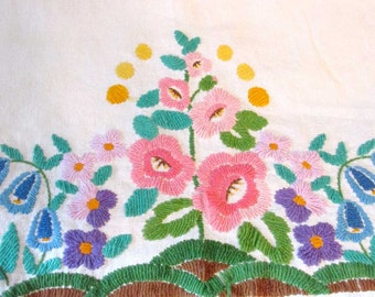 Vintage floral embroidered tablecloth - Wall hanging - Cottage chic - Boho - Decorative throw - Garden