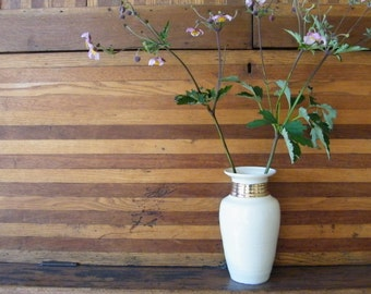 Glossy cream vase with wide 14k gold neckband