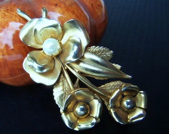 Vintage Brooch gold plated Bouquet of flowers with Cultured Pearl prong set in center 1950s Fashion Jewelry piece