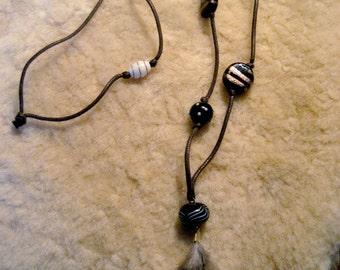 Sautoir en perles de verre artisanale, cordon et plumes