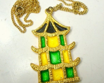Asian Pagoda Pendant on Gold Chain, 1980s, Chinese Green, Yellow and Black Enamel on Shiny Goldtone Metal Necklace