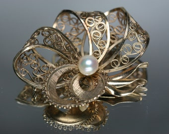 Vintage Simmons Gold Tone and Pearl Brooch