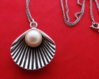 """Vintage silver tone 24"""" necklace w modernist sea shell 1.5""""  pendant with large pearl in great condition"""
