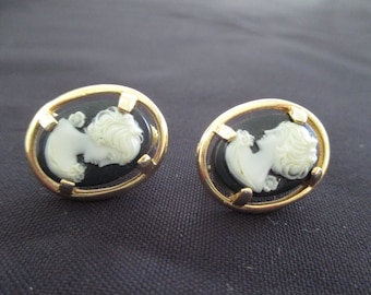 Vintage costume jewelry  /  Cameo screw back earrings
