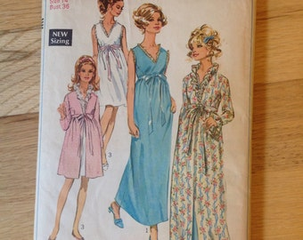 Vintage 1960s Simplicity 7957 misses' robe and nightgown - size 14