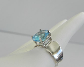 Aqua Stone Ring in 925 Sterling Silver. Modern Style with High Mounting. Size 8.