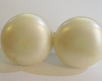 vintage Marvella off white round clip on earrings 0615A