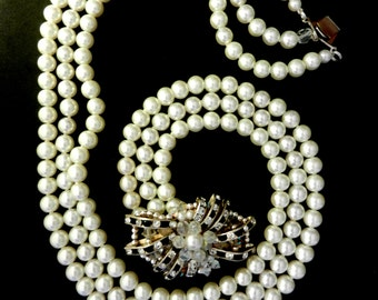 Very Chic Three Strand cascade simulated pearls necklace - 1970s luxury elegant of the imposing  black & white clasp - Art.662/2 --