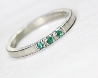 Delicate Rustic 3 Stone Genuine Emerald Wedding Ring Hammered Silver Texture Green May Birthstone Narrow Bridal Band Lucky Three - Beryl Dab