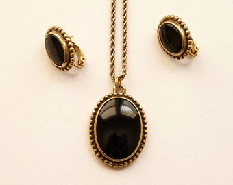 Vintage Napier Pendant Necklace Earrings Black Stones Antiqued Gold Tone Setting 30 Inch Chain