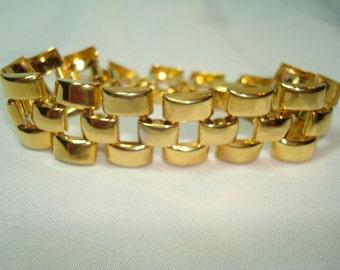 AVON Gold Linked Bracelet.