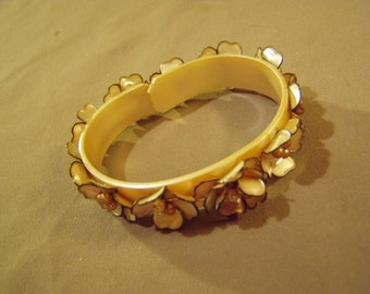 Vintage 1960s Pearlized Plastic Cuff Bracelet With Plastic Petal Flowers Faux Pearls  8651