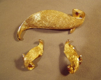 Vintage Ledo 1962 Yellow Gold Tone Leaf Pin & Clip Earrings Set Polcini Mfg Co NY 8198