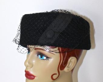 Vintage 1950s Black Pillbox Hat . Classic 50s Felted Wool Fascinator Hat . Black Birdcage Netting . Ribbon & Button