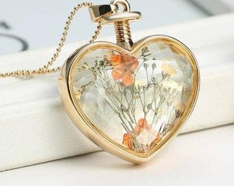 2pcs  Gold Color  Circle PhotoLocket Pendant with Pressed Dry Flower Heart Shape White/orange Flower