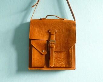 Vintage  messenger bag leather / caramel tan tanned / shoulder bag purse cross body laptop bag with strap / 1970s 70s