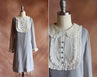 vintage 1960's pale grey shift mini dress with cream silk bib & lace trimmed collar / size s