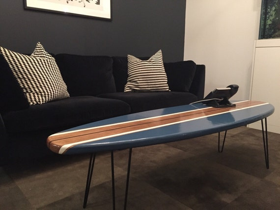 planche de surf table basse en bois naturel et bleu marine. Black Bedroom Furniture Sets. Home Design Ideas