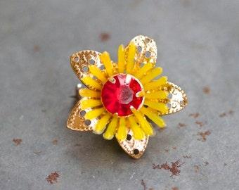 Dainty Little Flower Pin - Kitsch Brooch - Made in hong Kong