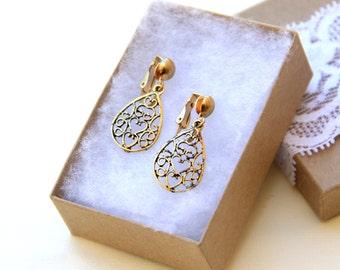 Vintage Wedding. Bridesmaid Jewery. Wedding Jewelry. Bridal Jewelry. ClipOn Earrings. Gold Heart Earrings. Filigree Earrings. Dainty Jewelry