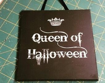 Queen of Halloween Sign, Wooden Hanging Plaque Halloween Party Decoration Gothic Halloween Art Decor