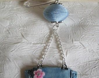 """Broche métal argenté et céramique """"Un ravissant sac à main avec une fleur"""""""