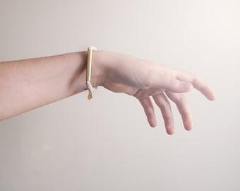 bracelet simple et minimaliste avec tube de laiton carré et breloque