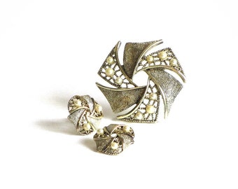Vintage Emmons Textured Pearl Pinwheel Soft Gold Demi Parure Brooch And Clip Earrings Set