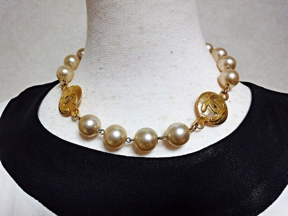 Vintage CHANEL faux pearls and CC medal necklace. Gorgeous vintage masterpiece.