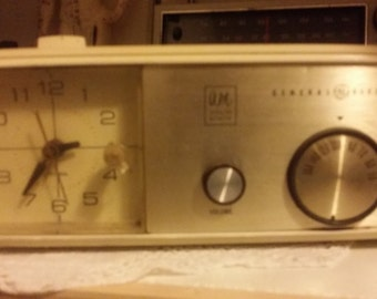 Vintage 1950s/60s General Electric Solid State Clock AM Radio
