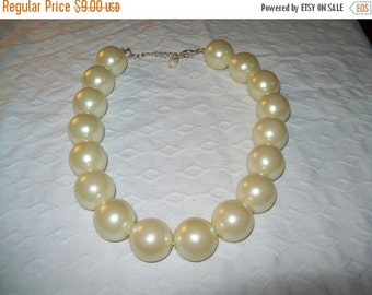 SALE 60% Off Vintage chunky cream bead necklace