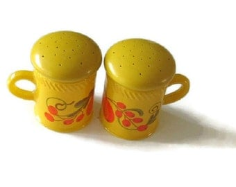 Vintage 1970s Mellow Yellow Avon Salt and Pepper Shakers, Pennsylvania Dutch Avon Collectibles, 70s Salt and Pepper Set for Groovy Kitchen