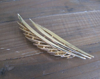 Vintage Gold Leaf / Feather Shaped Brooch with Intricate Detail