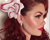 De gouden eeuw-Lana Turner geïnspireerd witte bloem met rode veren