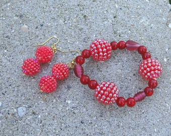 Red Berry bracelet and earrings set, gift set, glass and acrylic beads, stretch bracelet, 7 inches