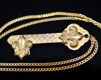 Nice Gold Fleur de lis necklace, antique Fleur de lis, jewelry, Vintage Pendant or necklace, #