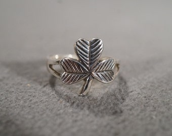 Vintage Sterling Silver Fancy 3 Leaf Clover with a stem Band Ring, Size 6   KW287
