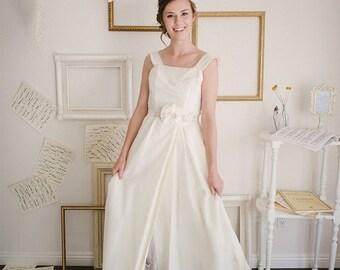 40% OFF SALE Vintage 1950s Wedding Dress / Size XS / Ivory Tulip Wedding Dress