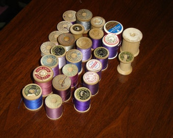 Vintage lot of thread on 26 mostly wooden spools (4B)