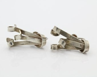 Vintage 1940s Sterling Silver Swirl Ribbon Screwback Earrings. [5276]