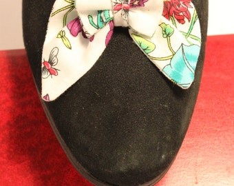 Clip shoes printed bowtie-shaped flowers and multicolored insects