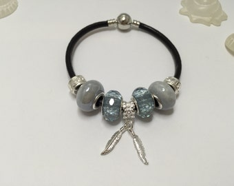 Charm's grey leather strap and charm feathers ref 561